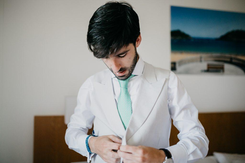 reportaje de boda en finca Itxas Bide, preparativos novio